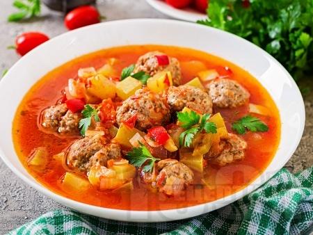 Мексиканска супа с кюфтета, домати, зелен боб и грах - снимка на рецептата